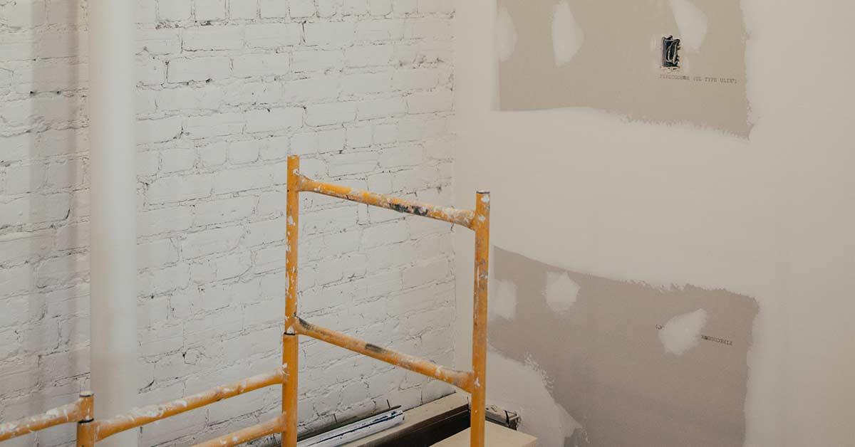 plamuurvlekken op voorbehandelde muur