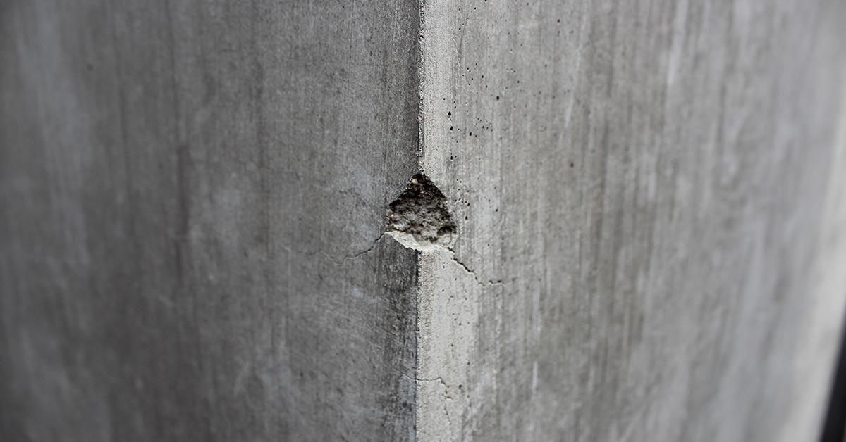 beton met een beschadiging (gat) op de hoek